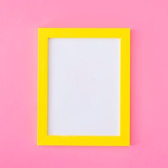 Żółta ramka na różowo