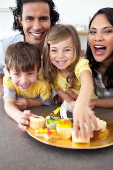 Żywe rodzinne jedzenie ciasteczek