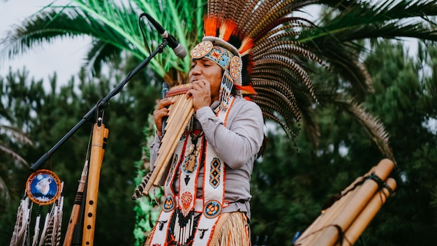 01.09.2019 - batumi, gruzja. fajka bambusowa - instrument ludowy w stylu indyjskim - publiczny występ artystów