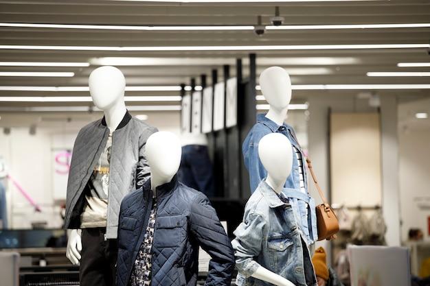 03.03.2021 grupa manekinów w sklepie odzieżowym. zdjęcie wysokiej jakości