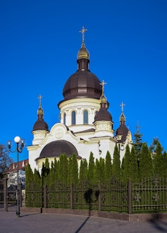 05.09.2021. kropywnycki, ukraina. kościół katedralny zwiastowania najświętszej maryi panny w kropywnyckim na ukrainie, w słoneczny wiosenny poranek