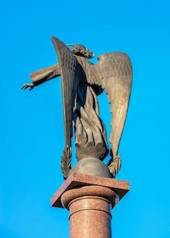 05.09.2021. kropywnycki, ukraina. pomnik anioła stróża ukrainy w kropywnyckim na ukrainie, w słoneczny wiosenny poranek