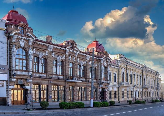 05.09.2021. kropywnycki, ukraina. ulice i zabytkowy budynek kropywnyckiego na ukrainie, w słoneczny wiosenny poranek