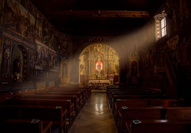 05142021 totana murcia hiszpania wnętrze pustelni santa eulalia w stylu mudejar z drewnianymi kasetonowymi sufitami barokowy ołtarz ermitaż pochodzi z xvi wieku
