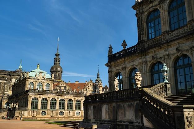 1 kwietnia 2019 drezno, szwajcaria saksońska, niemcy. słynny barokowy pałac zwinger w dreźnie