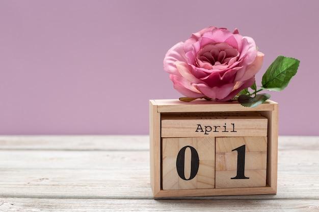 1 kwietnia obraz 1 kwietnia drewniany kolor kalendarza na drewnianym stole. wiosenny dzień