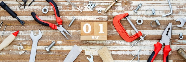 1 maja. szczęśliwy międzynarodowy dzień pracownika lub święto pracy koncepcja transparentu w sieci web.
