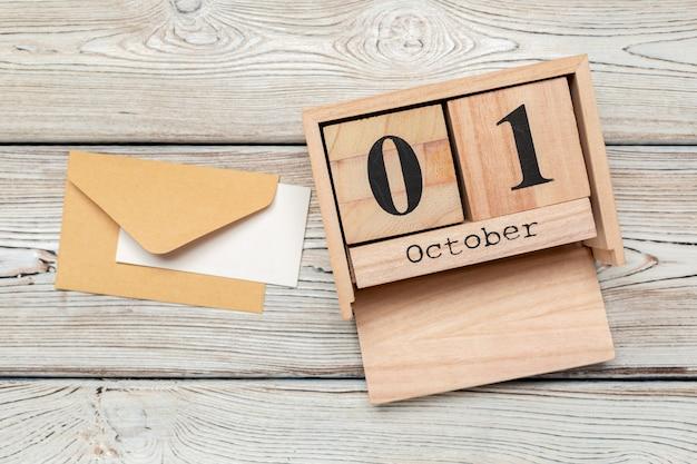 1 października. 1 października biały drewniany kalendarz na drewnianym stole