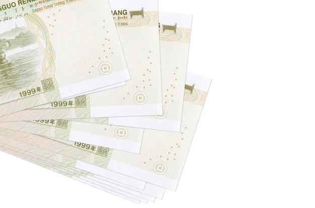 1 rachunki chińskiego juana leży w małej wiązce lub paczce na białym tle. koncepcja biznesowa i wymiany walut