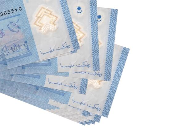1 rachunki ringgit malezyjski leży w małej wiązce lub paczce na białym tle. koncepcja biznesowa i wymiany walut