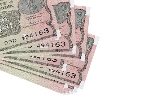 1 rupia indyjska leży w małej paczce lub paczce na białym tle. koncepcja biznesowa i wymiany walut