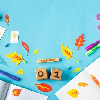 1 września na drewniany kalendarz wśród materiałów do nauki na niebieskim tle