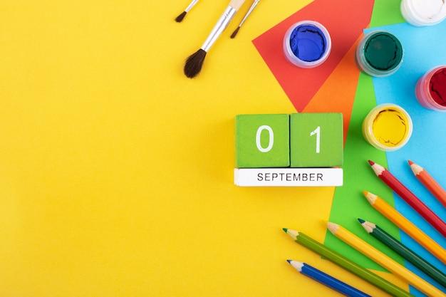 1 września na drewnianym kalendarzu wśród kredek i farb