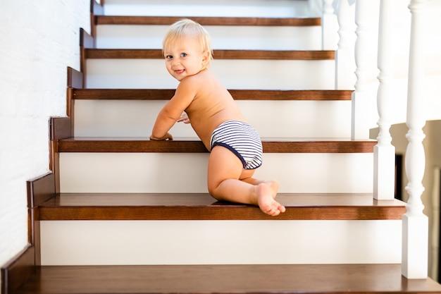10 Miesięcy Rozwoju Uroczego Blond Dziecka Premium Zdjęcia
