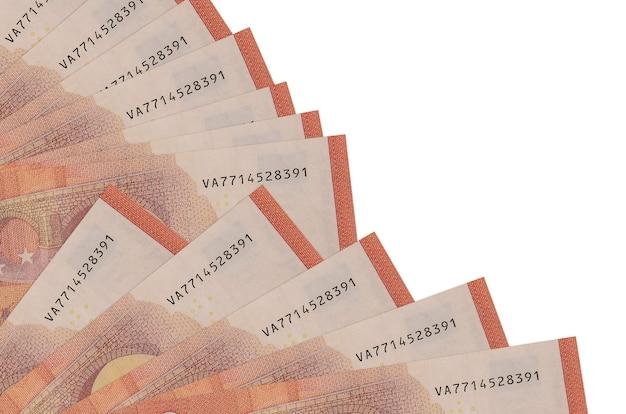 10 rachunków euro leży na białym tle na białej ścianie z miejsca na kopię ułożone w wentylator z bliska. koncepcja chwilówki lub operacje finansowe