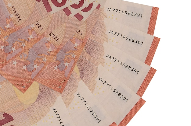 10 rachunków euro leży na białym tle