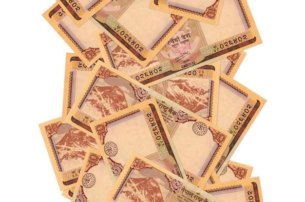 10 rachunków nepalskich rupii lecących w dół na białym tle. wiele banknotów spada z białą przestrzenią na kopię po lewej i prawej stronie