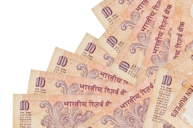 10 rachunków rupii indyjskich leży w innej kolejności na białym tle. lokalna bankowość lub koncepcja zarabiania pieniędzy.