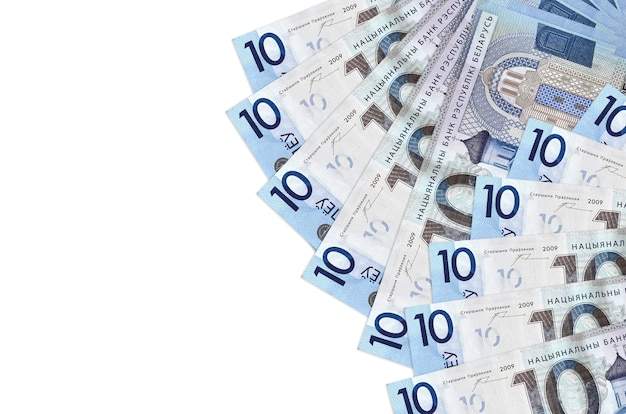10 rubli białoruskich leży na białym tle. koncepcyjne tło bogate życie. duża ilość bogactwa w walucie krajowej