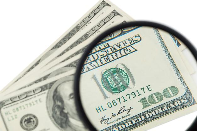 100 banknotów dolara amerykańskiego pod lupą