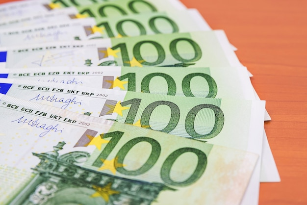 100 banknotów euro. koncepcja finansowa.