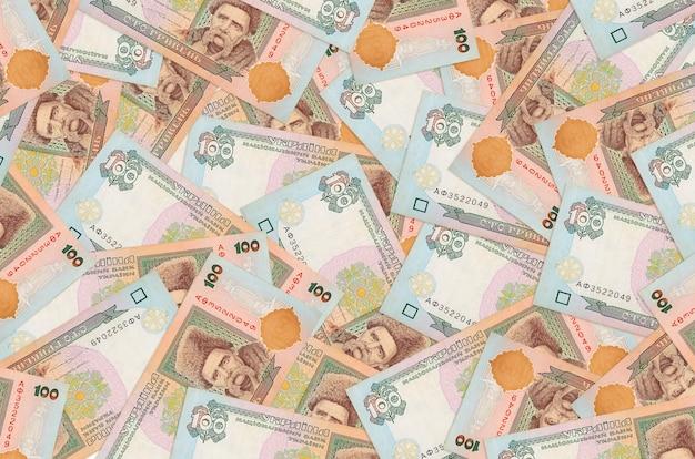 100 banknotów hrywny ukraińskiej leży na stosie. dużo pieniędzy