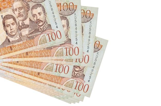 100 banknotów peso dominikańskich leży w małej paczce lub paczce na białym tle. koncepcja biznesowa i wymiany walut