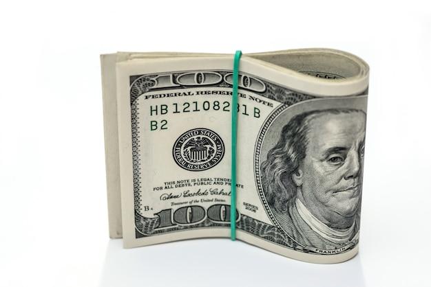 100 dolarów na białym tle na biały, z bliska.