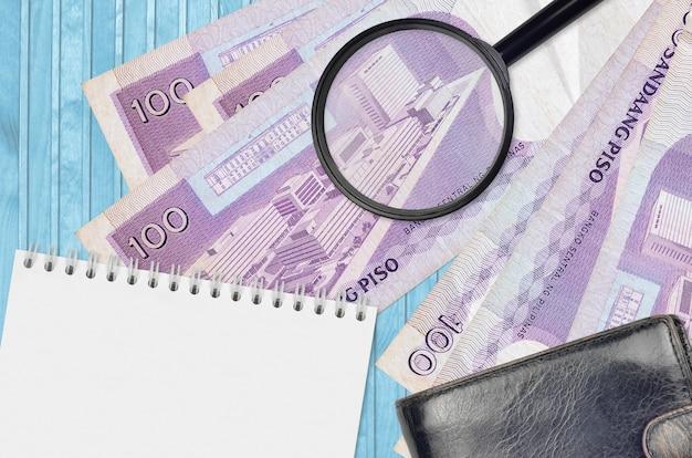 100 filipińskich banknotów piso i lupy z czarnym portfelem
