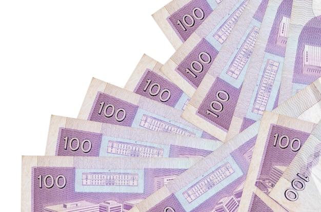 100 filipińskich rachunków piso leży w innej kolejności na białym tle. lokalna bankowość lub koncepcja zarabiania pieniędzy.