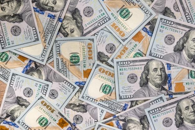 100 nowych banknotów dolarowych jako tło do projektowania