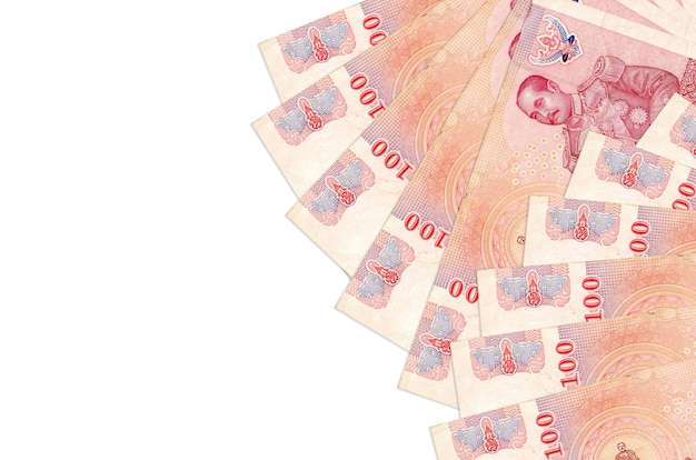 100 rachunków bahtów tajskich leży na białym tle na białej ścianie z miejsca na kopię. ściana koncepcyjna bogatego życia. duża ilość bogactwa w walucie krajowej