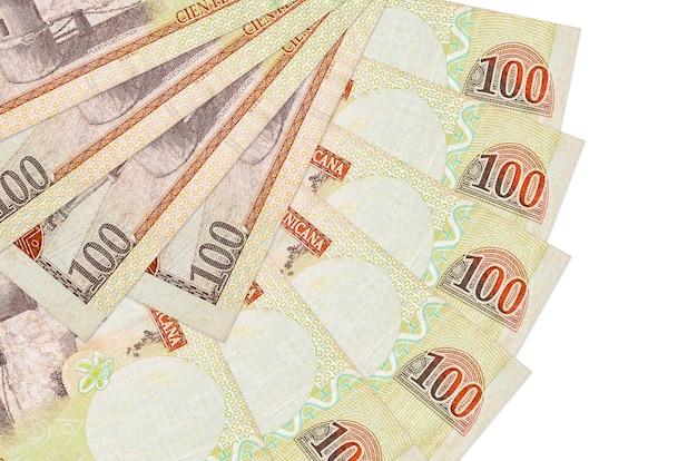 100 rachunków peso dominikańskich leży na białym tle