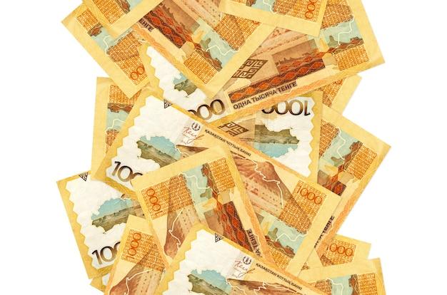 1000 rachunków kazachstańskich tenge pływających pod w dół na białym tle. wiele banknotów spada z białymi miejscami na kopię po lewej i prawej stronie