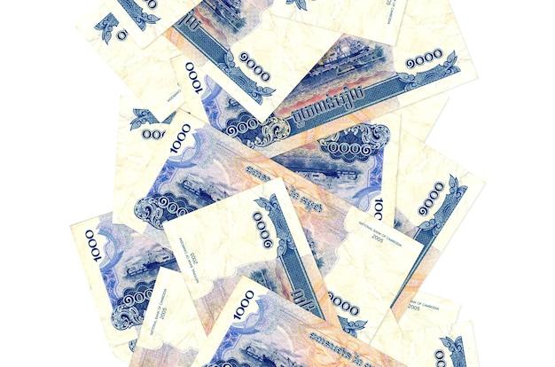 1000 rachunków riels kambodży pływające w dół na białym tle. wiele banknotów spada z białymi miejscami na kopię po lewej i prawej stronie