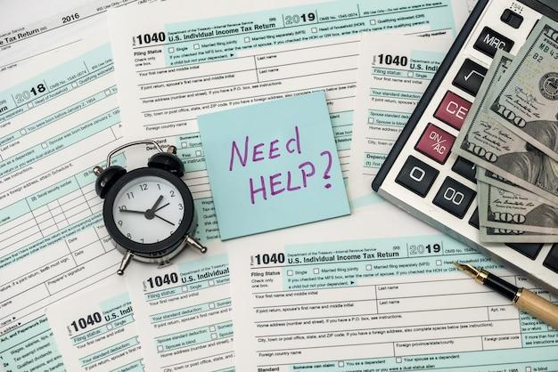 1040 formularz podatkowy w biurze wraz z tekstem pomocy