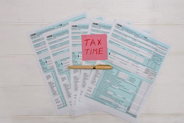 1040 formularz podatkowy z kolorowymi naklejkami i długopisem