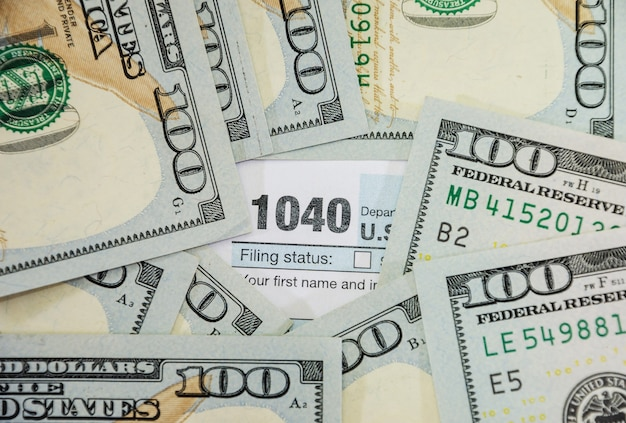 1040 formularzy podatkowych i dolarów