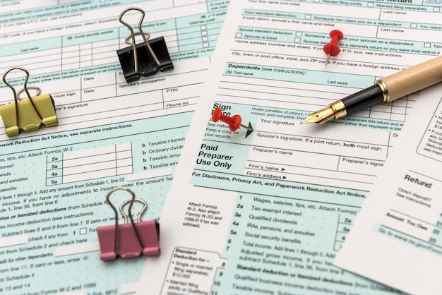 1040 indywidualnych formularzy podatkowych z długopisem