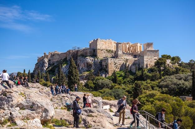 11.03.2018 ateny, grecja - turyści na akropolu w atenach.