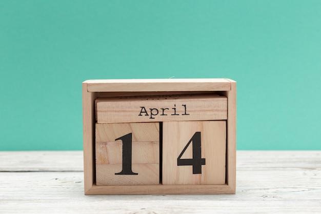 14 kwietnia, dzień 14 kwietnia, drewniany kalendarz na stole