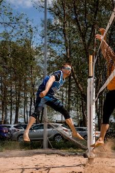 15-05-2021 - konstancin-jeziorna. polska. siatkówka plażowa. wawa budzenie. sportowiec grający w siatkówkę plażową.