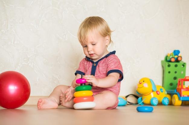 15-letnie dziecko bawiące się edukacyjnymi zabawkami z kubkiem w domu