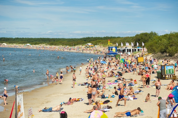 15 sierpnia 2017, połąga, litwa. zatłoczona plaża w letni gorący, jasny letni dzień
