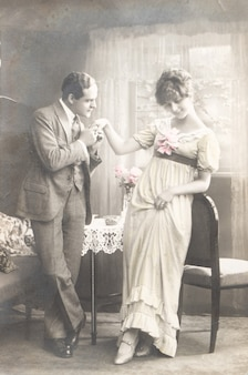 1921 niemcy, stare zdjęcie młodej romantycznej pary kobiety i mężczyzny całujących ją w rękę
