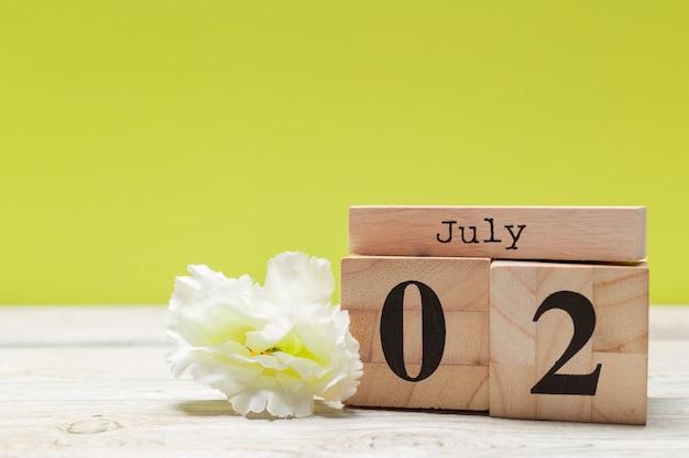 2 lipca drewniany, kwadratowy kalendarz z drewna