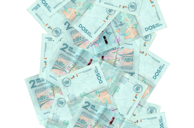 2 rachunki peso kolumbijskie pływające w dół na białym tle. wiele banknotów spada z białymi miejscami na kopię po lewej i prawej stronie