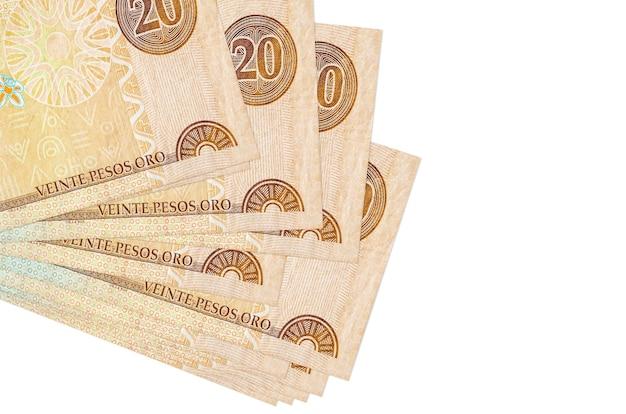 20 banknotów peso dominikańskich leży w małej paczce lub paczce na białym tle. koncepcja biznesowa i wymiany walut
