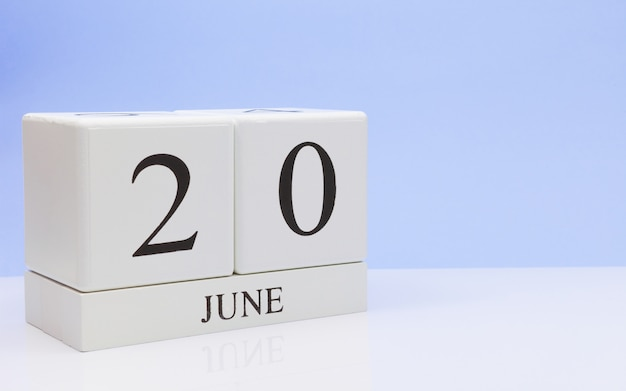 20 czerwca. dzień 20 miesiąca, dzienny kalendarz na białym stole