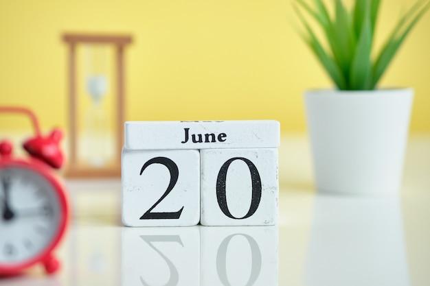 20 dnia czerwca czerwca kalendarz koncepcja na drewniane klocki.